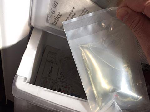 『虫どろぼう』を冷凍庫へ。